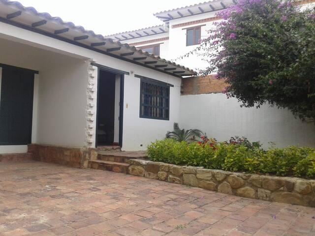 Habitación doble con baño   en casa colonial. (M)