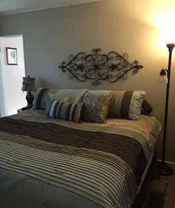 Comfy King room in Village of Lewiston - Lewiston