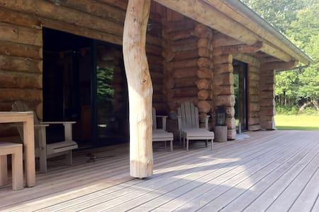 Maison bois en lisière de forêt