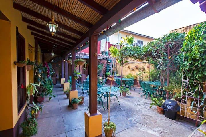 Colonial House-Fefa y Reyes(Habitación El Patio 2)