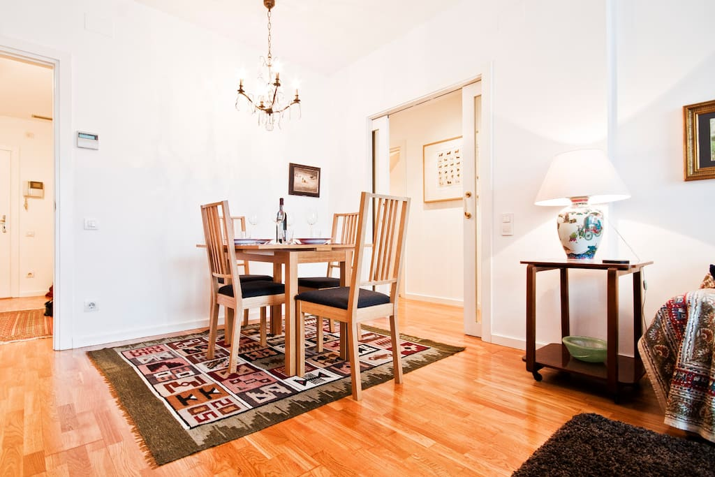 Living room equipped with a table with 4 chairs