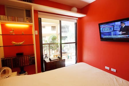 Artsy 2BR ResortSUITE21+KITCHEN+WiFi, SUV, nrMalls - Las Piñas City