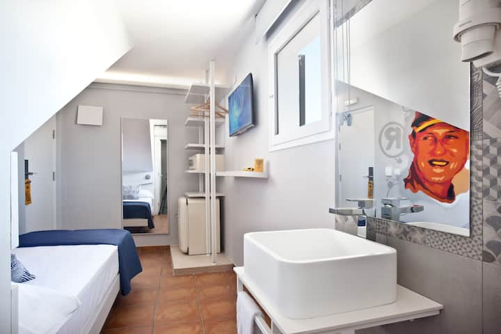 Premium Single Room with free wifi and breakfast - Hotel Ryans La Marina