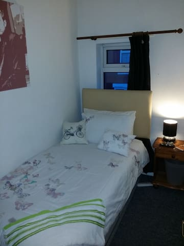 V Small no frills, cheap bedroom Nr MediaCity - Salford - Dom
