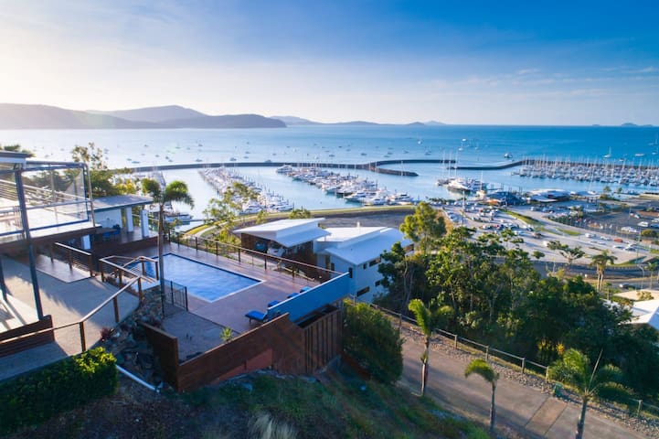 Nautilus On The Hill - Luxury Holiday Home in Central Airlie