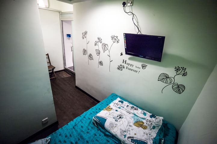 Tidy, quiet Room 9, near MTR, Poly University