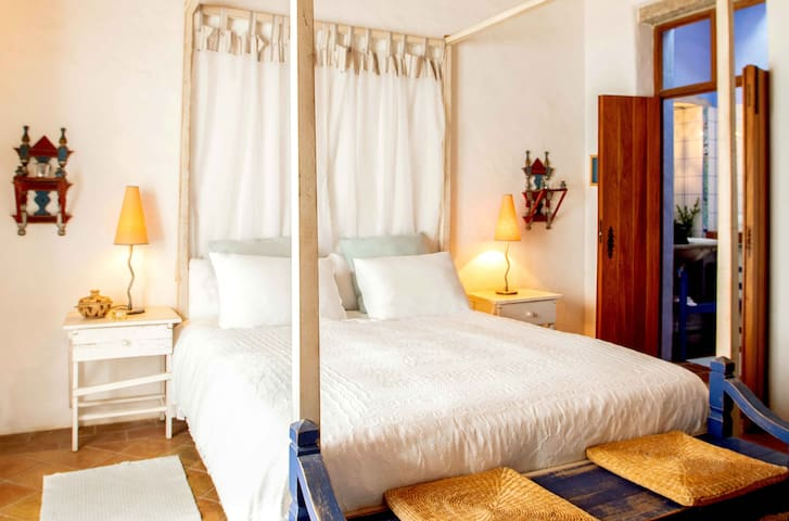 Room Lua is a spacious room with ensuite bathroom and in is located the front of the Quinta with view over the terrace and the pool. The room is decorated in a refined and timeless design to give you a serene feeling in the room.