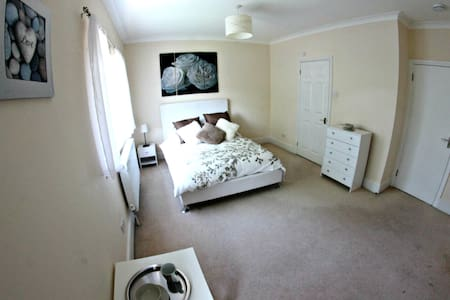 Large Bedroom with En-Suite near Southend Airport - Casa