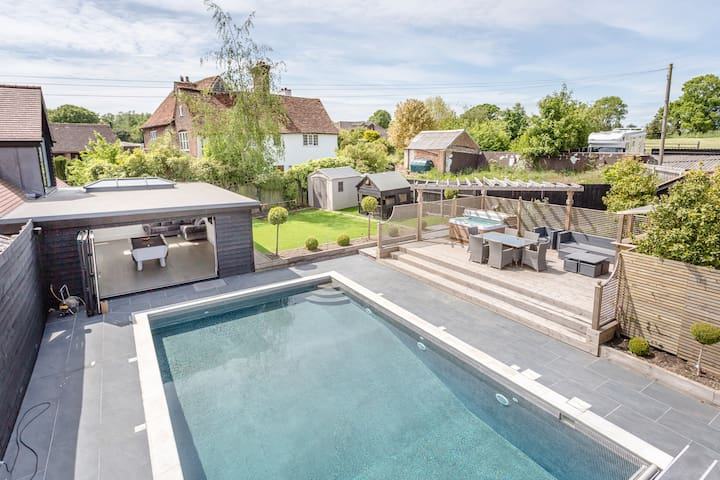 Swimming pool, 4 bed, LUX retreat. Sleeps 10,