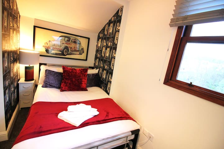 FREE WIFI | TV | en-suite Bathroom