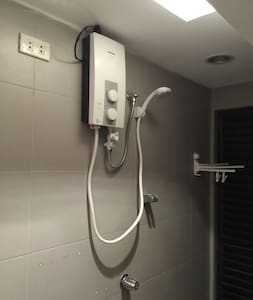 Whole 3BR Condo 16F EDSA GMA MRT. Wifi.Hot shower. - Condominium