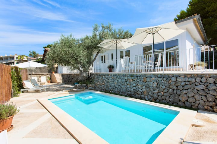 Town house with pool near the beach – Casa Viktoria