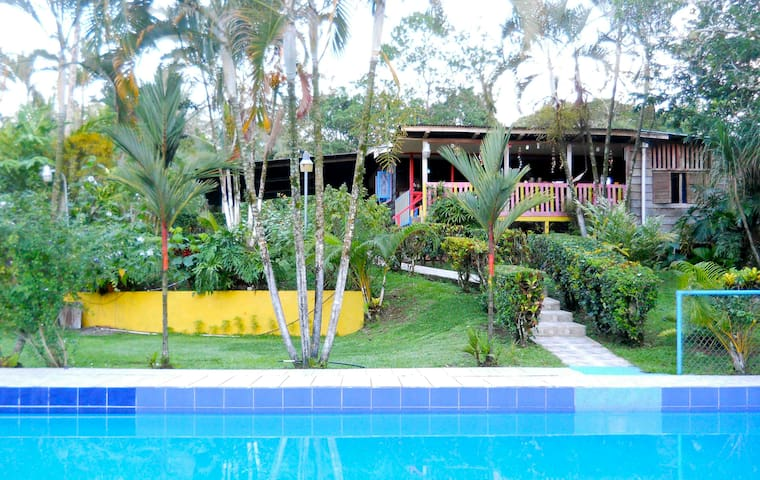 Casa del Río Peje! Sleeps up to 20 Price by night - Siquirres - Bed & Breakfast