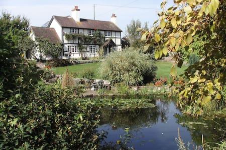 Peace & quiet in beautiful gardens - Sutton Saint Nicholas