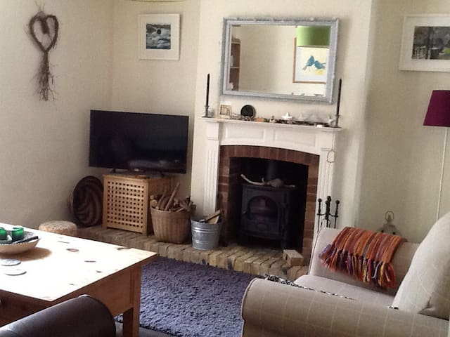 Lovely cosy terrace  Bitton Room or House bookings - Bitton - Casa