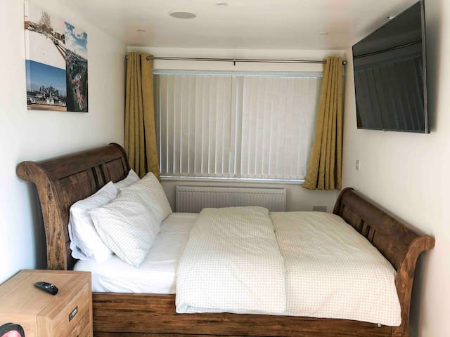 Stylish, Modern double en-suite room in Annex