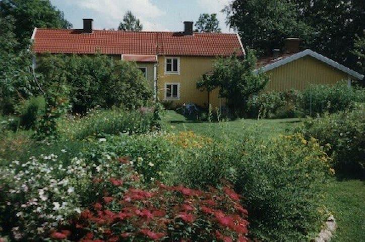 Værelse i hyggeligt & spænnende hus - Rislycke - 獨棟
