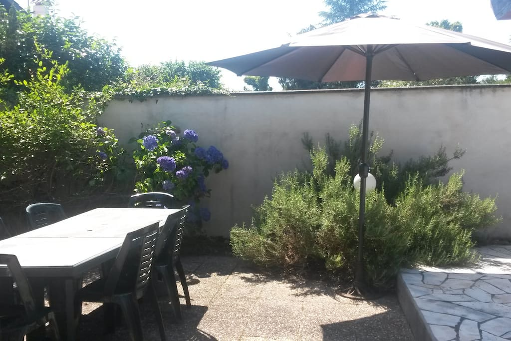 Maison entour e d 39 un grand jardin houses for rent in for Entretien jardin mont de marsan