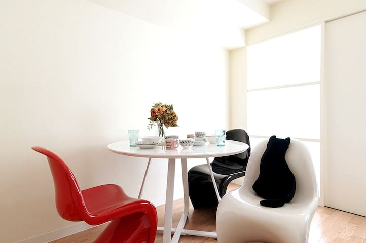 Enjoy your meal with dining table set ダイニングテーブルセットがあるのでお食事が楽しめます