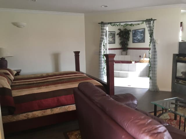 Kelowna Mountains Romance Suite