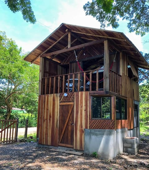 BIRD'S NEST CABIN! 10 minutes walk downtown/beach