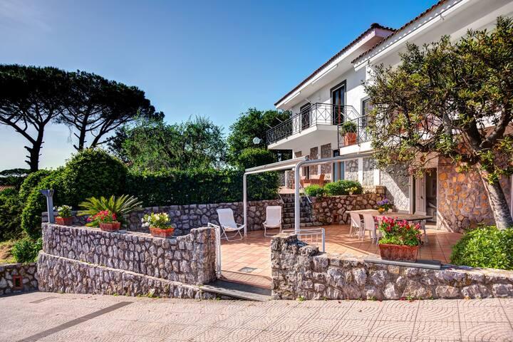 Deliziosa Villa a Massa Lubrense con Giardino