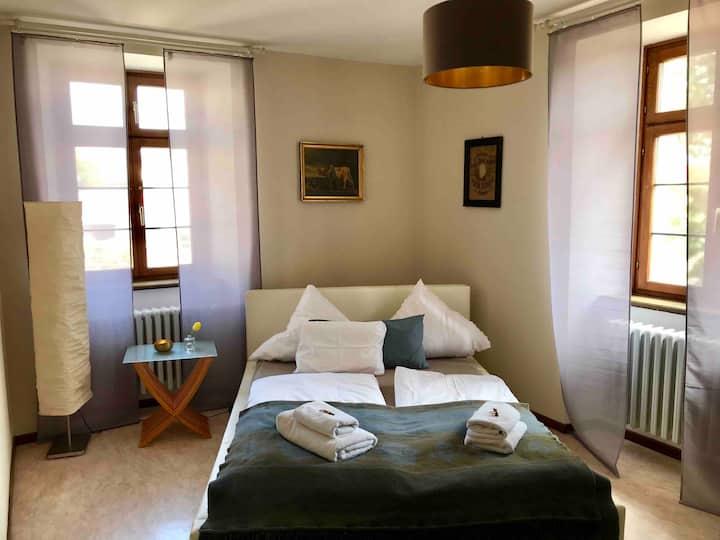 Stilvolles Zimmer mit Queensize-Bett im Pfarrhaus