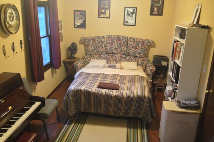 Spacious Room between Chicago and Indianapolis - Wheatfield - Huis