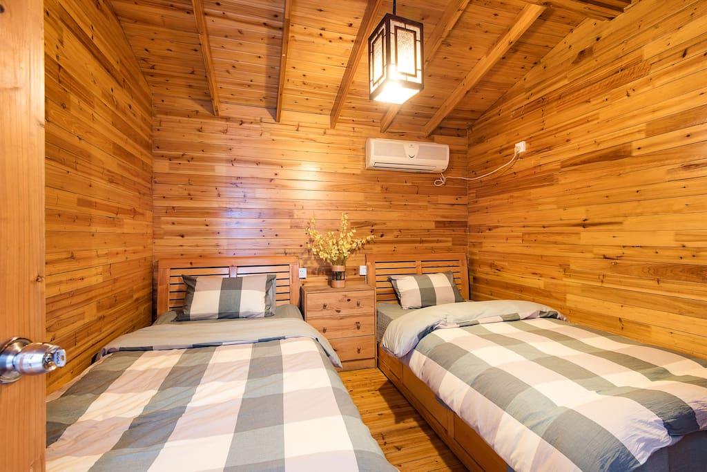 木屋内部是两张单人床,有空调,同行如果有两个男孩子就不用挤在一起了