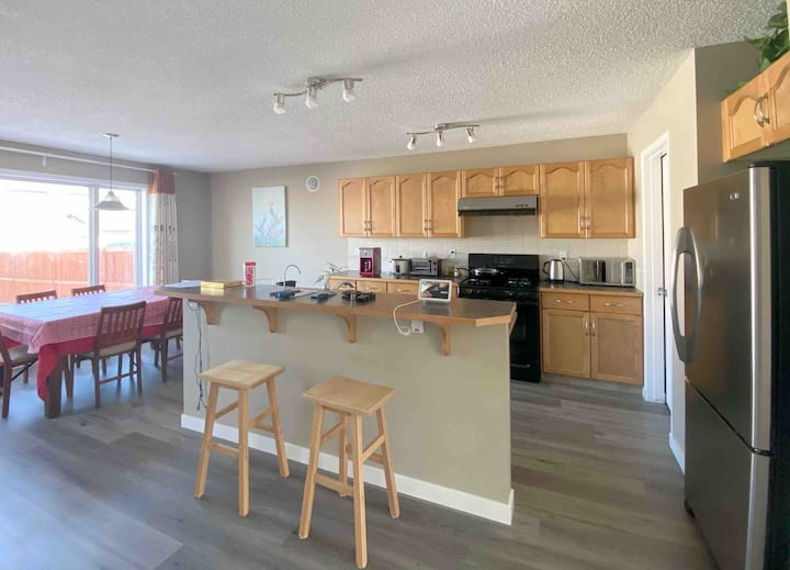 Bright and Clean,  3 Bedrooms House in Calgary SE