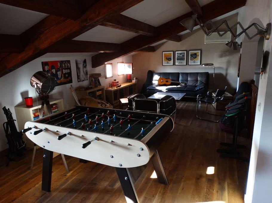 La mezzanine : bureau, salle de jeux et couchage d'appoint