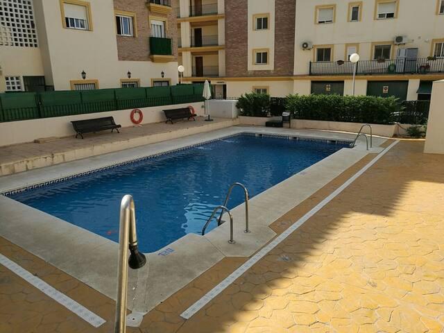 Apartamento luminoso con piscina y aparcamiento