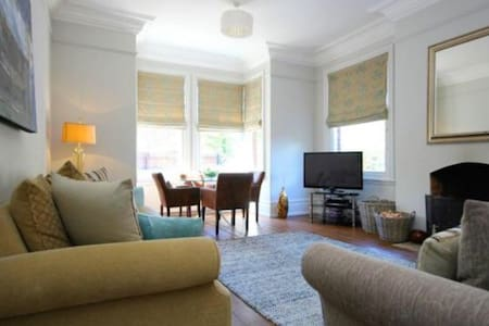 Large double room in large luxury town house. - Beverley