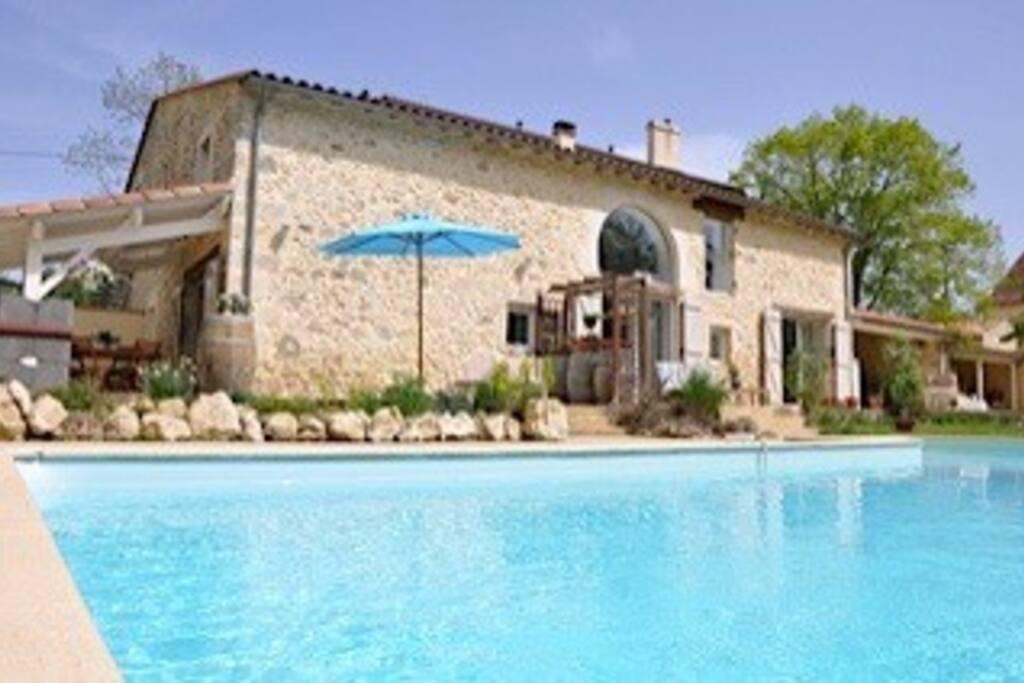 achterzijde van ons huis met verwarmd zwembad