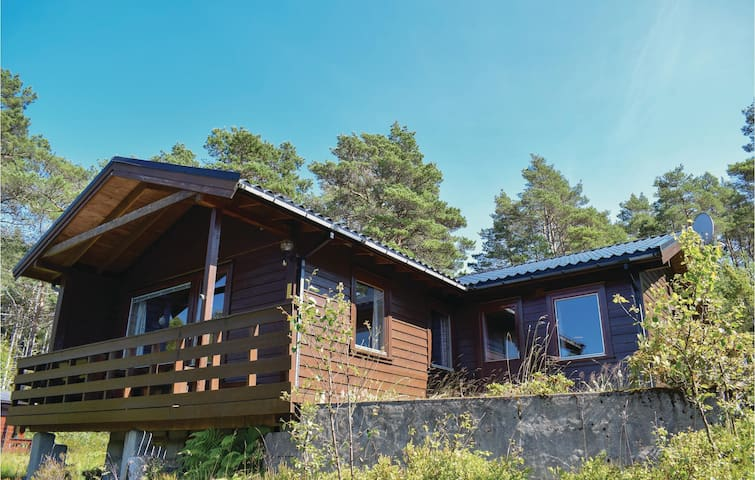 Holiday cottage with 4 bedrooms on 76m² in Uggdal
