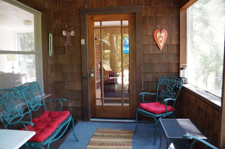 Wine Country Cottage - 5 acres close to town