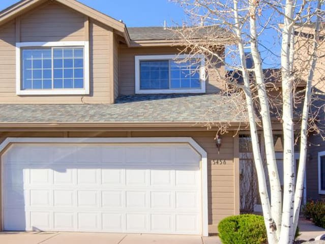 Open, bright 3BR townhome near downtown Flagstaff!