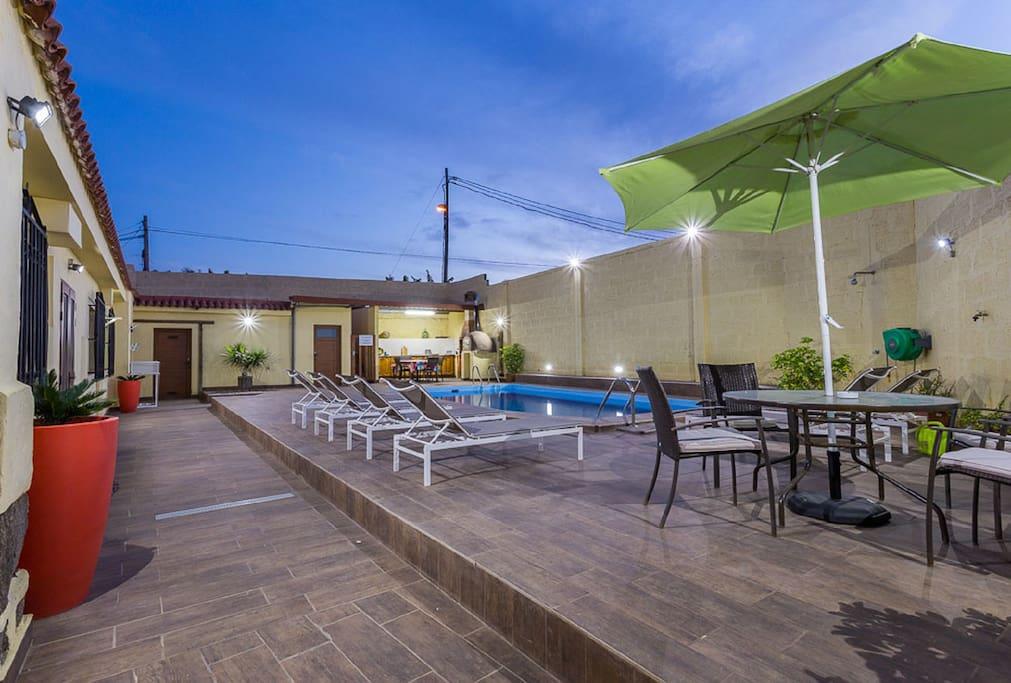 Elegante villa rustica moderna con piscina privada for Alquiler villas con piscina privada