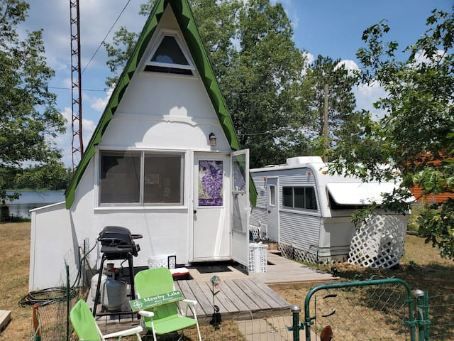 The Minnow Pad-Tiny House on lake(kayaks included)