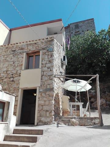 Antica casa in pietra in centro a Baunei
