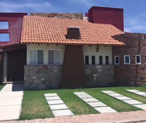 Hermosa casa de dos pisos en Tequisquiapan.