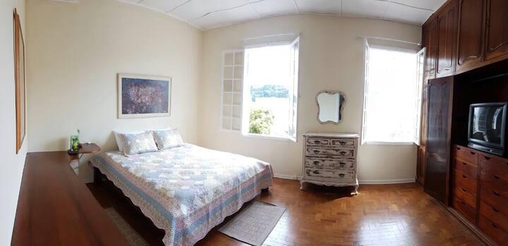 Quarto especial cama king banheiro compartilhado