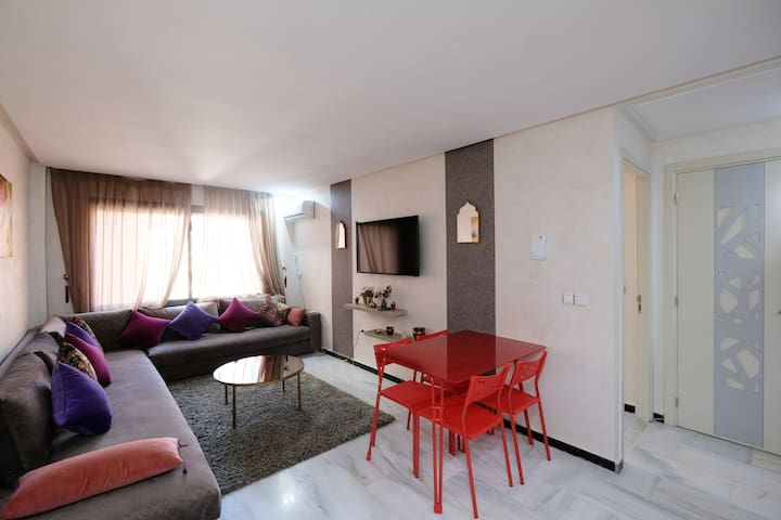 Modern and comfortable apartment. Center town!