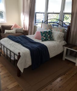 Spacious Double Rooms in Charming House - Centenary Heights - Rumah