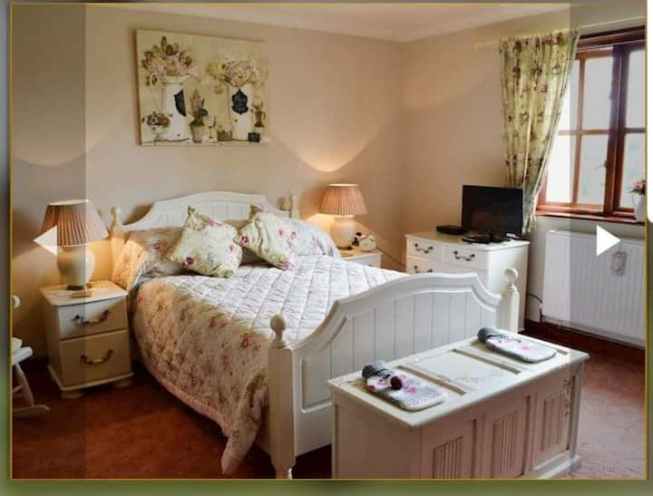 4* Cosy, rural country cottage style home