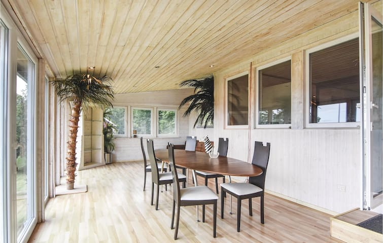 Holiday cottage with 4 bedrooms on 216 m² in Töreboda