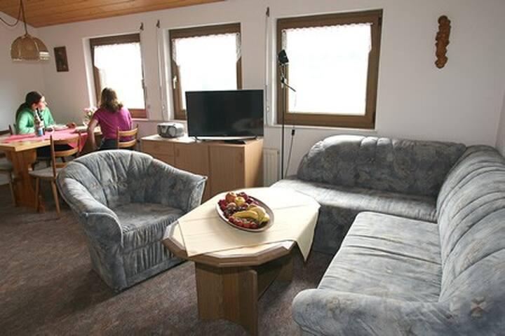 Couchecke mit Schlafcouch und Essecke mit Panoramablick