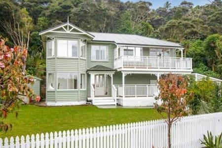 romance is uncertainty - Auckland - Vila