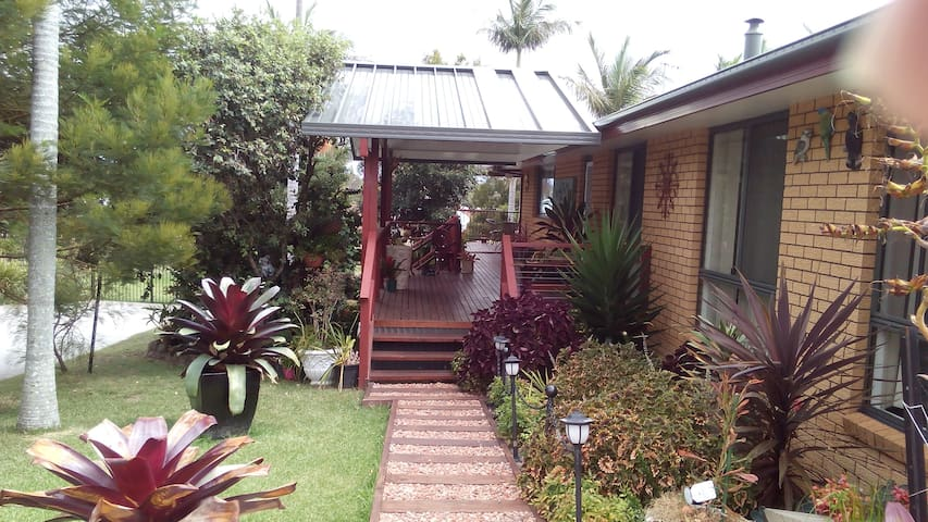 Whole house with pool. Bus at door - Port Macquarie - Haus