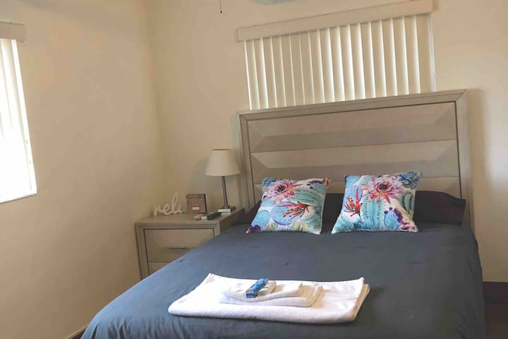 Place in Hollywood FL close to the beach (1 Guest)
